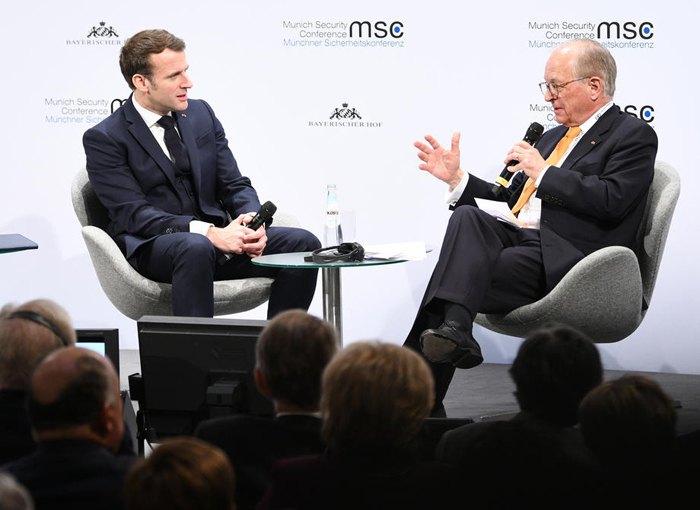Президент Франции Эмманюэль Макрон и Председатель Мюнхенской конференции по безопасности Вольфганг <b>Ишингер</b> во время конференции