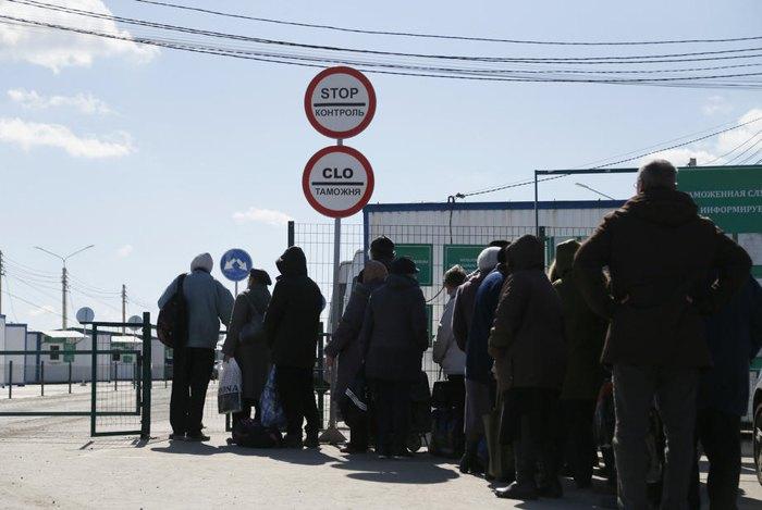 Жители оккупированных территорий идут на КПП *Еленовка* в попытке перехода на подконтрольную Украине территорию, 14 марта 2020