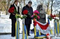 Порошенко принес цветы  к памятным знакам Нигояну и Жизневскому