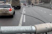 У мережі з'явилося відео падіння ліхтарів на Шулявському мосту