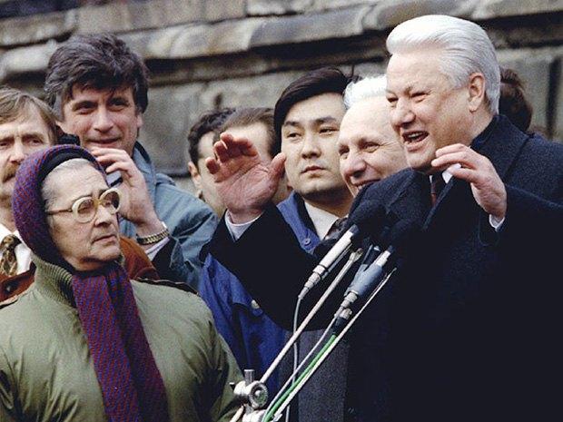 Елена Боннэр (слева) наблюдает за выступлением Бориса Ельцина
