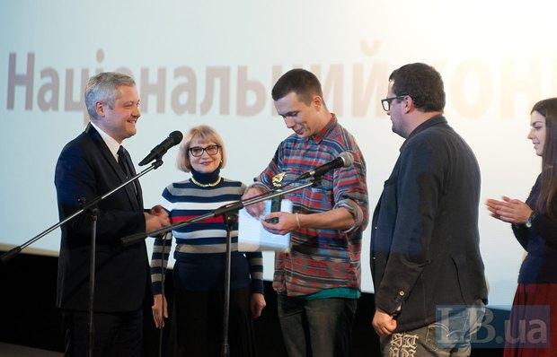 Никон Романченко получает премию за лучший украинский фильм фестиваля