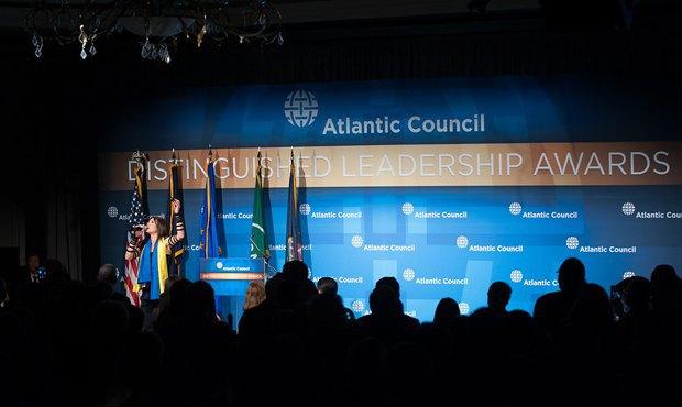Руслана выступает перед участниками конференции