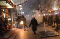 """Участники факельного шествия бросили дымовую шашку в гостиницу """"Премьер-Палас"""""""