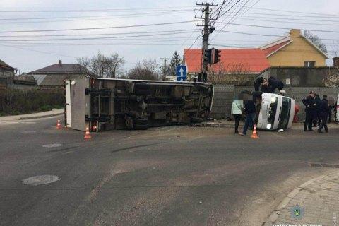 11 человек пострадали при столкновении микроавтобуса и фуры в Одессе