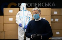 Фонд Порошенка передав у лікарні третю партію захисних костюмів для медиків