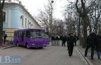 На Грушевського підігнали БТРи (трансляція)