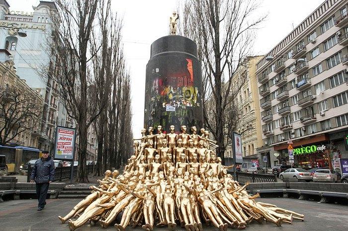 Еще одна инсталляция на месте памятника Ленина — манекены, символизирующие молодое поколение, которое захватило памятник и хочет сделать страну лучше, Киев, 13 февраля 2014.