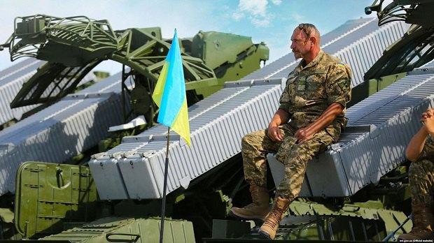 Украинский воин-артиллерист в Чугуеве, Харьковская область.Архивное фото