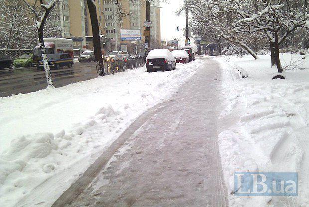 Заледеневший тротуар на улице Раисы Окипной - подарок местным жителям каждую зиму