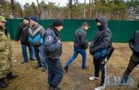 """""""Тітушки"""" зламали активістці руку під час акції проти вирубки дерев на Дарниці в Києві"""