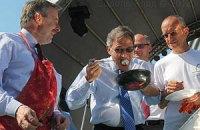 Послы стран ЕС приготовили яичницу в центре Киева