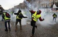 """На улицах Парижа заметили двоих представителей """"желтых жилетов"""" с флагом """"ДНР"""""""