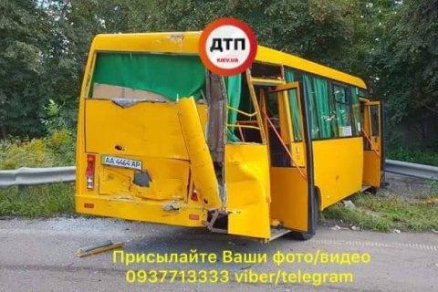 В Киеве грузовик въехал в маршрутку, есть пострадавшие