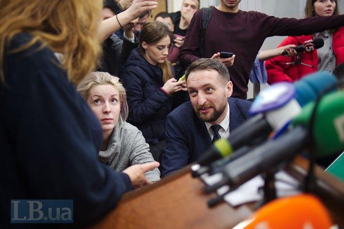 Адвокат Віталій Коломієць (у центрі)