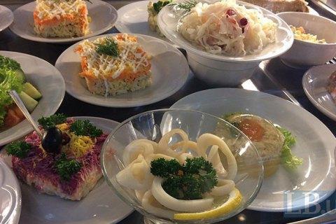 Ресторанам у Львівській області заборонили готувати салати з майонезом і заварні тістечка