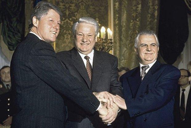 Президент США Билл Клинтон, президент России Борис Ельцин и президент Украины Леонид Кравчук после подписания меморандуму в Будапеште, 5 декабря 1994 року.