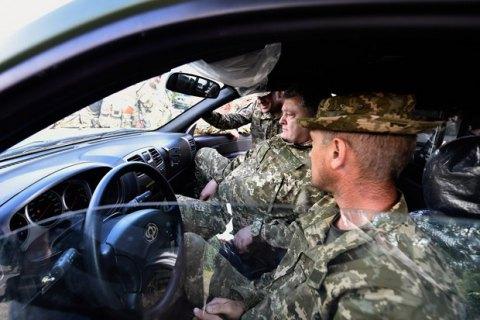 Порошенко передал военным медикам 20 новых санитарных машин