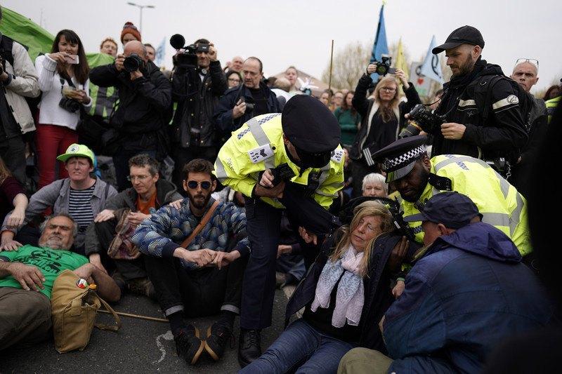 В Великобритании арестовали больше сотни борцов сизменением климата