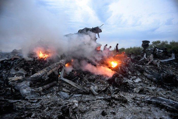 Обломки малазийского Boeing MH17 в поле под Донецком, Украина, 17 июля 2014.