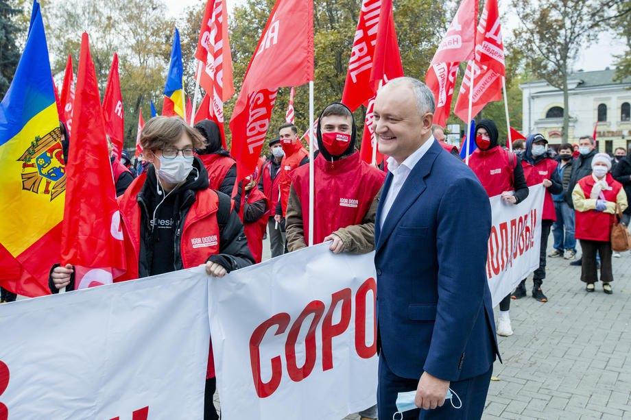 Ігор Додон вітає своїх прихильників на мітингу перед другим туром президентських виборів перед Національною оперою в Кишиневі, 13 листопада 2020.