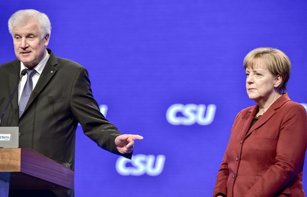 Канцлер Германии Ангела Меркель слушает выступление главы партии ХСС и премьер-министр Баварии Хорста Зеехофера на съезде партии в Мюнхене, Германия, 20 ноября 2015