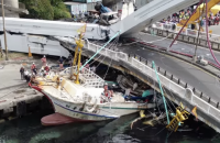 На Тайване мост рухнул на рыбацкие лодки, пострадали по меньшей мере 10 человек