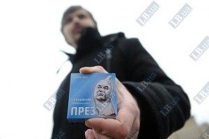 Суд арестовал еще двоих активистов по раздаче презервативов с Януковичем