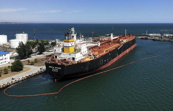 Танкер Wisdom Venture, доставивший первую в истории Украины нефть из США, в Одесском порту
