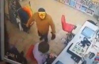 Мужчина с топором в маске тигра пытался ограбить магазин в Кривом Роге