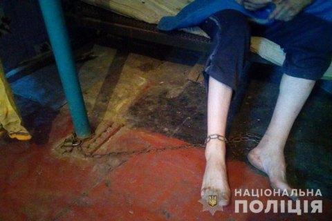 В Днепропетровской области мать держала на цепи 36-летнего сына ради его пенсии по инвалидности