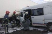 Трассу Киев-Чоп перекрывали на несколько часов из-за ДТП фуры и микроавтобуса