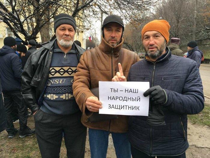 Сервет Газиев (слева) и Билял Адилов (в центре) на акции в поддержку правозащитника Эмиля Кубердинова