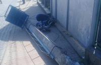 На Закарпатті лісовоз збив бетонний стовп, який впав на коляску з дитиною