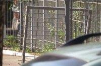 В Мариуполе водитель Volkswagen протаранил двое ворот во дворе СБУ, уходя от погони
