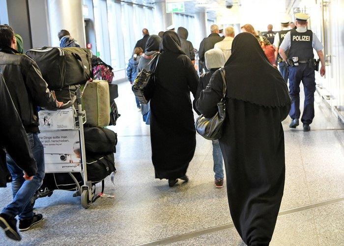 Беженцы из Сирии в аэропорту Ганновера, 04 апреля 2016.