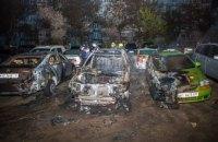 На стоянке в Днепре загорелся автомобиль с двумя людьми внутри