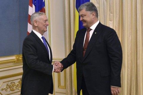 Порошенко і Меттіс обговорили постачання оборонного озброєння Україні