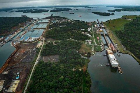 Китайське судно врізалося в стіну Панамського каналу