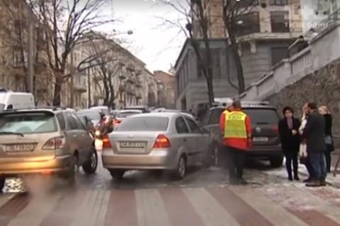 В Киеве на Лютеранской автомобиль с мертвым водителем устроил ДТП