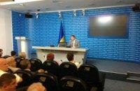 Молодые люди в спортивных костюмах не пустили депутатов к Януковичу