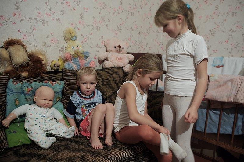Доньки Ніни перевдягаються після повернення зі школи