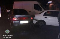 В Ровно патрульные спасли от самосуда пьяную женщину-водителя, протаранившую четыре авто
