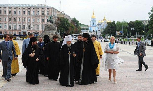 Нелли Куковальская и митрополит Владимир со свитой подходят к Софиевскому собору