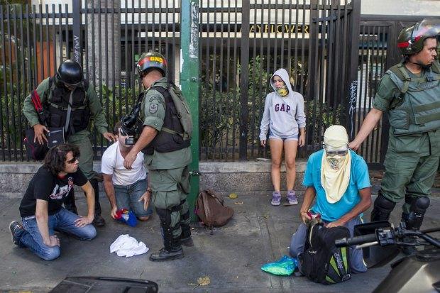 Полиция задерживает протестующих в Каракасе