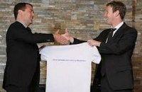 Цукерберг встретился с Медведевым и подарил ему футблку