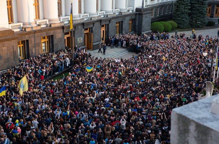 Тисячі людей прийшли до адміністрації президента подякувати Петру Порошенку