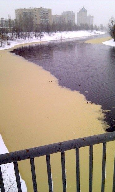 Вода на Русановском канале почему-то оказалась выкрашена в желтый цвет