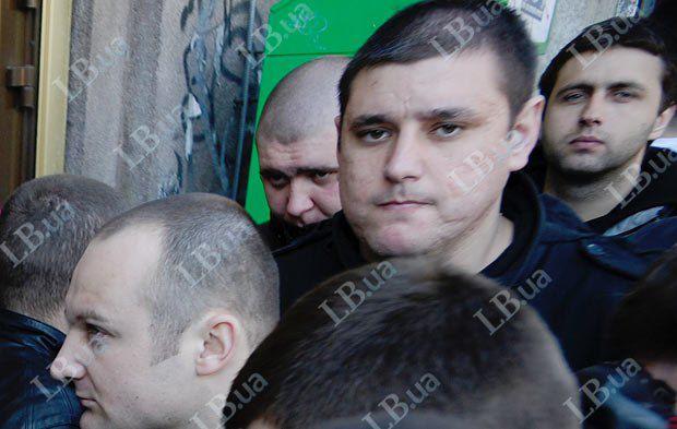 Мужчина(третий справа) 12 апреля 2012 г. был замечен сразу на двух акциях протеста
