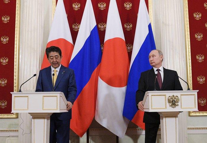 Президент РФ Владимир Путин и премьер-министр Японии Синдзо Абэ на пресс-конференции после переговоров в Кремле, Москва, 22 января 2019.